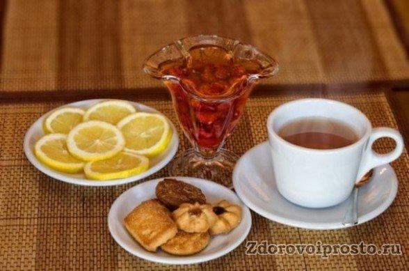 Несмотря на все пользы чёрного чая, и вред от его употребления всё-таки есть. Поэтому утренний чай лучше пить не натощак, а хотя бы вот с таким вот завтраком.
