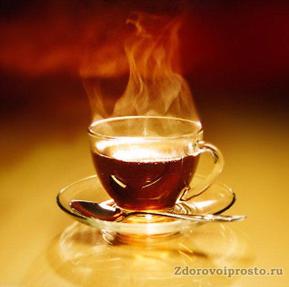 Чересчур крепкий чёрный чай принесёт при простуде вместо пользы вред – он способен поднять температуру ещё выше.
