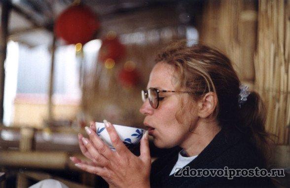 Противопоказание зелёного чая вместе с алкоголем относится к их совместному употреблению. Наутро после неумеренного распития он будет очень даже уместен.