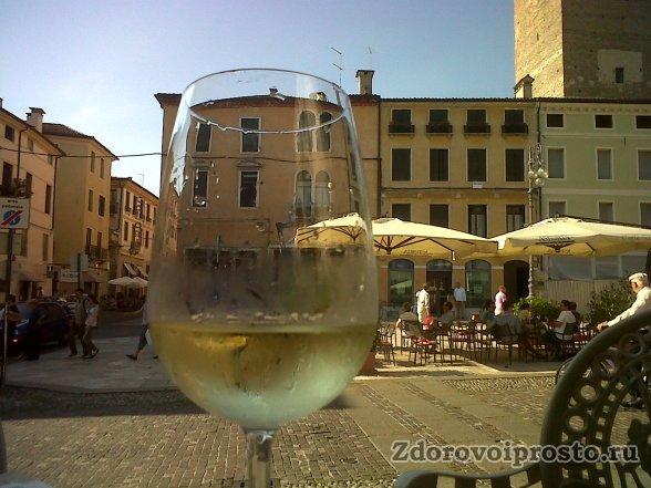 Если вас уже тошнит от вашей жизни - хлебните белого вина.