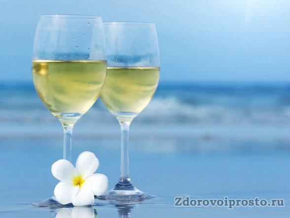 И для сердца, и для сердечных дел вред и польза белого вина зависят от его количества.