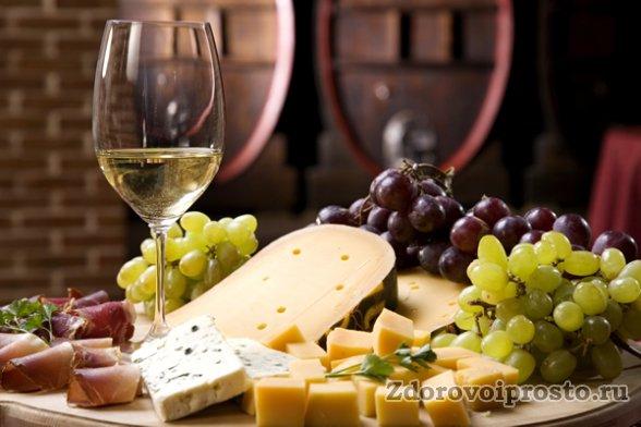 Помним, что максимальная польза от белого вина – во время ужина!