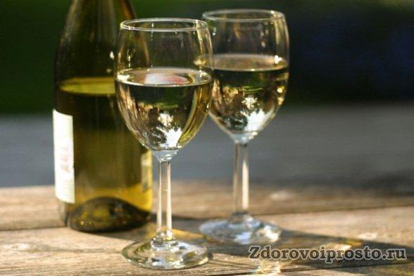 Даже на вид очевидно, что белое вино более лёгкое, чем красное, и лучше подходит в жару.
