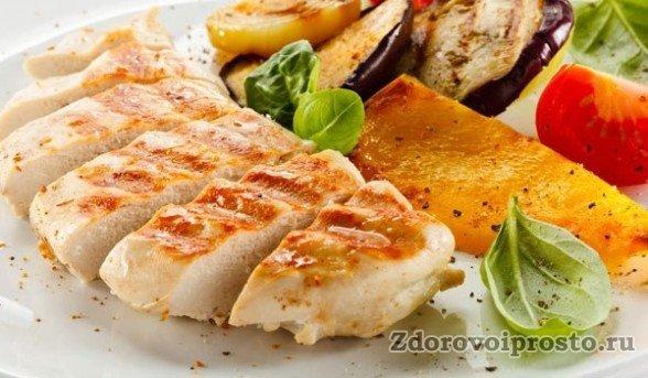 При приготовлении блюд из мяса индейки не стоит увлекаться солью. Хотя ей и так увлекаться не стоит.