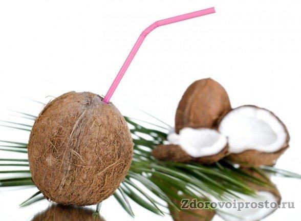 При таком способе добычи кокосового молока его можно даже не выливать из ореха.