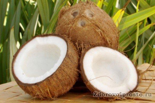 Согласно общепринятой традиции, как кушать кокос, его положено открывать примерно в этом месте.