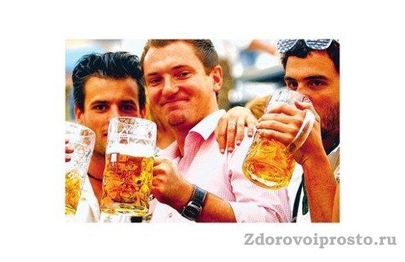 Организм одного из этих троих мужчин получит вред пива по полной.