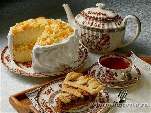Вред или польза крепкого чая зависят от ситуации, в которой он употребляется: вредный натощак, при таком пиршестве он вполне уместен.