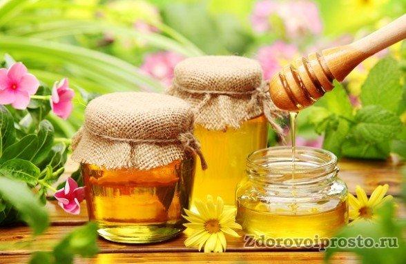 Если вы хотите сохранить мёд подольше, то вне зависимости от типа тары её следует закрыть не так, как банки на картинке, а максимально герметично.
