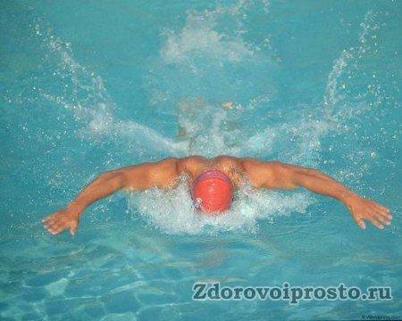 При плавании в бассейне пользы от правильно организованного дыхания избежать просто невозможно.