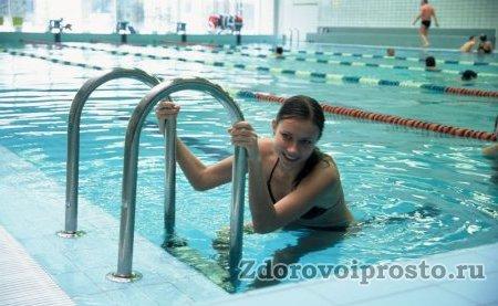 Чтобы не упасть, вылезая из бассейна после плавания, надо держаться за поручни. Чтобы не упасть, гуляя возле бассейна перед плаванием, надо ходить в тапках.