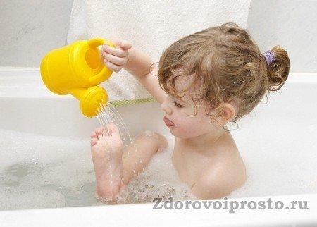 Несмотря на возраст, юная леди знает, как делать контрастный душ согласно всем правилам.
