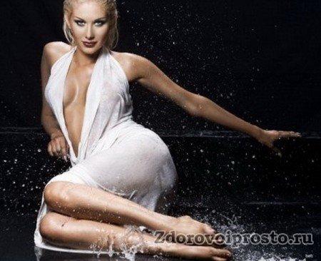 Похвально желание этой леди немедленно заняться водным процедурам. Однако хотя бы элементарные правила, как делать контрастный душ, следовало бы всё-таки соблюсти. Ну, хотя бы платье снять.
