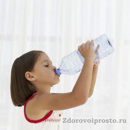 Объяснять, почему воды нужно пить много, лучше с самого детства.