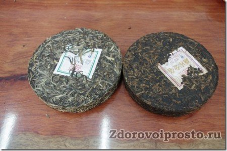Чай пуэро Шен (слева) и Шу (справа) в сухом виде.